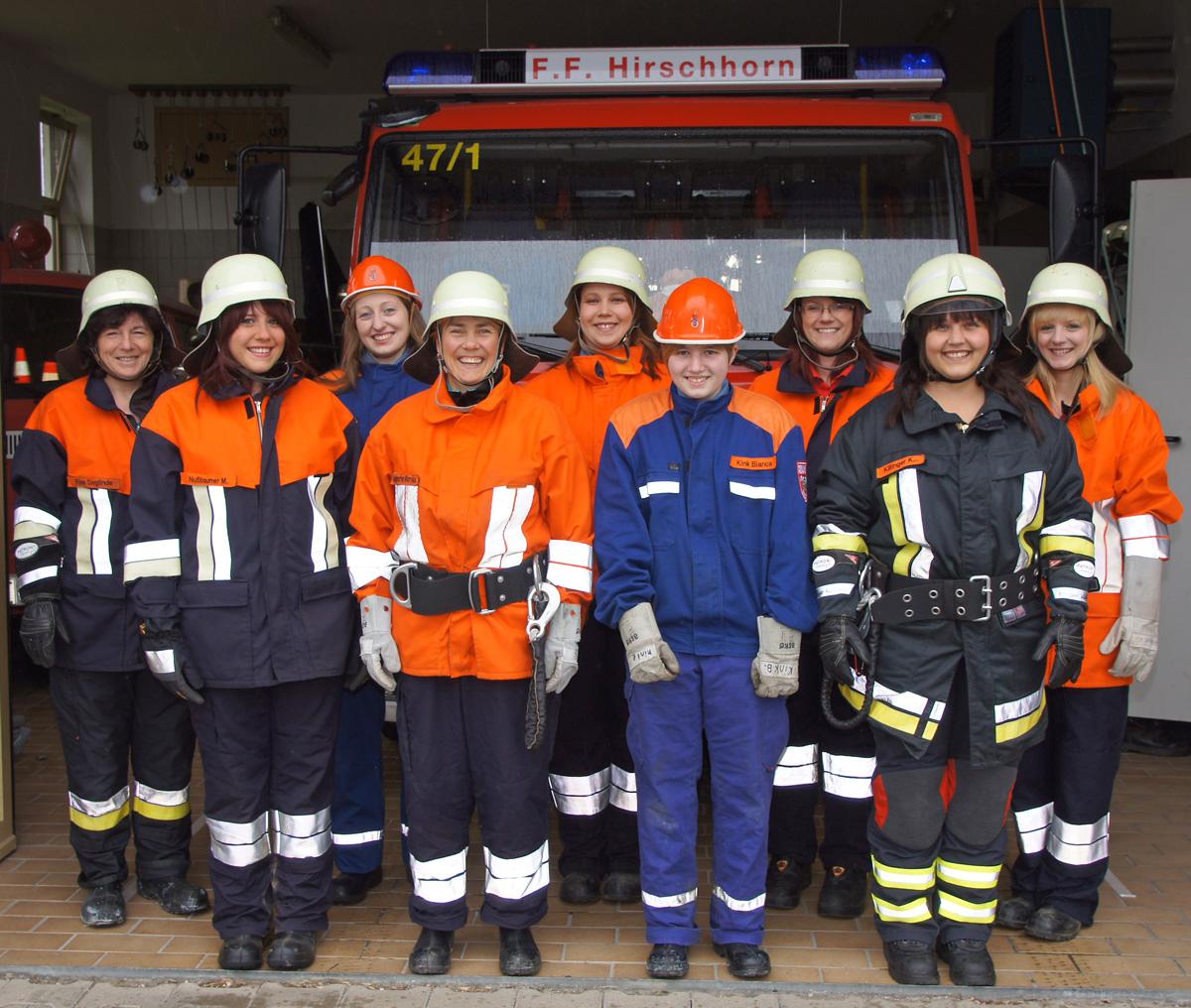 Unsere Feuerwehrfrauen im Schutzanzug