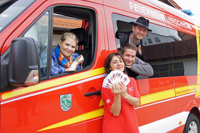 Das Oschnputtl-Team zusammen mit Luise Maier, bei der es die begehrten Eintrittskarten gibt